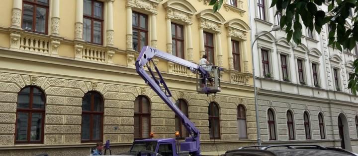 Mytí a čištění fasád pomocí plošiny Brno