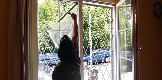 Umývání oken a výloh, Brno